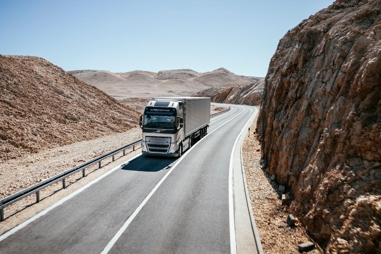 一輛卡車駛過多山的沙漠區域